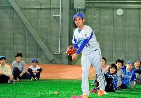 子どもたちの前で投球を披露する東=横須賀市夏島町の2軍施設