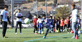 佐藤選手(左端)たちの指導を受けながらシュートする子ども(撮影・大川万優)