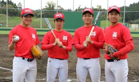宮崎梅田学園に加入した(右から)木村、岡田、石原、横山