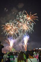 約5千発の大輪が夜空を彩った八戸花火大会=18日午後8時45分、八戸港館鼻岸壁