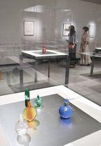 【古今東西の香りの器が並ぶ会場=津市大谷町の県立美術館で】