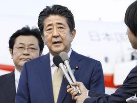 国連総会に向け出発を前に、記者の質問に答える安倍首相=23日午後、羽田空港