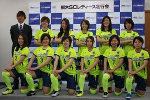 栃木SCレディースの選手と久保田監督(後列左端)=宇都宮市市内