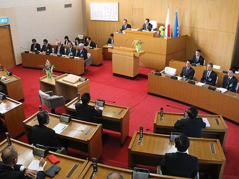 美濃加茂市の藤井浩人市長の辞職同意案を全会一致で可決した市議会本会議。藤井氏は出席しなかった=14日午前、美濃加茂市議会議場