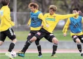 実践練習で兵藤(中央左)と競り合う平岡(中央右)