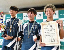 トロフィーや賞状を掲げる(左から)合楽真弥さん、猪瀬悠貴さん、大浦光さん=山形市・山形大小白川キャンパス