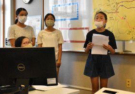串間のまちづくりについて発表する秋山小の6年生