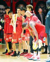 千葉に惜敗し厳しい表情を見せる富山の選手=富山市総合体育館