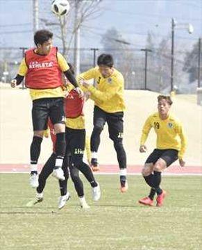 セットプレーの守備を確認する栃木SCのDF陣=真岡市総合運動公園