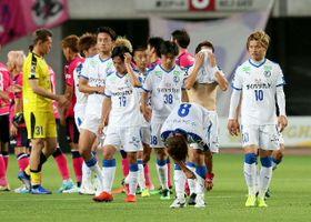 【大分―C大阪】試合終了後、ピッチを後にする大分の選手ら=大阪市のヤンマースタジアム長居