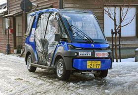 公道を自動走行する無人の車両=18日午後、石川県輪島市