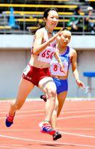 【女子200メートル決勝】24秒45(追い風参考)で優勝した今治北・青野美咲(左)=徳島県ポカリスエットスタジアム
