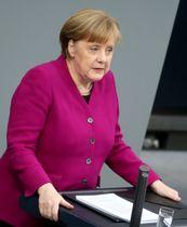 21日、ベルリンの連邦議会で施政方針演説を行うドイツのメルケル首相(ゲッティ=共同)