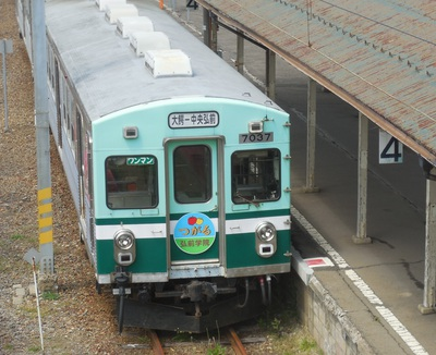 発車を待つ弘南鉄道の車両。製造年はぼくとほぼ同じ、1965年=青森県大鰐町の大鰐駅