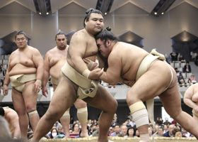 大相撲の春巡業で稽古をする高安(左)=東京都足立区