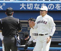 東京六大学リーグで初采配となった東大戦で選手交代を告げる早大の小宮山悟新監督=神宮球場で