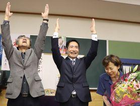 支持者らと万歳して当選を喜ぶ岡田伊一郎さん(中央)=21日午後9時45分、東彼杵町蔵本郷の選挙事務所