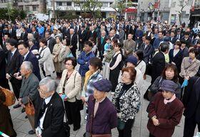 長崎市長選の候補者の出陣式に集まった支持者。選挙戦は全市的な盛り上がりには欠け、投票率は低迷した=14日、同市内