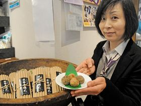 23日に発売される「光秀兵糧丸」=恵那市明智町、大正村浪漫亭