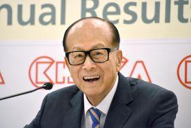 記者会見で引退を表明した李嘉誠氏=16日、香港(共同)