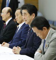 地震を受け、開かれた関係閣僚会議であいさつする安倍首相(右から2人目)=19日午前、首相官邸