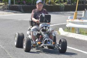 「安全運転で楽しみたい」。四輪バギーで公道を走る棚崎勇さん