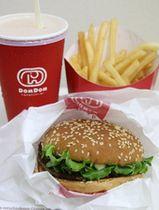 看板メニューのハンバーガー「ビッグドム」と、「どむぞうくん」のロゴマークの入ったドリンク