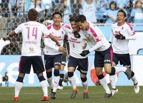 川崎―C大阪 前半、先制ゴールを決め、杉本(右から2人目)らに祝福されるC大阪・山口(中央)=埼玉スタジアム
