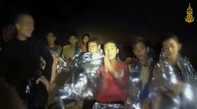 タイ海軍特殊部隊が4日に公開した、タイ北部チェンライ県のタムルアン洞窟に閉じ込められた地元サッカーチームの少年らの映像(フェイスブックから)
