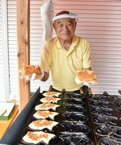 タンタンたい焼きを持つ江沢さん=勝浦市