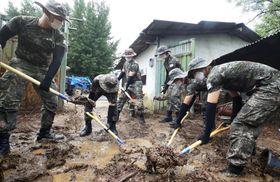 4日、韓国の京畿道龍仁で豪雨被害の復旧作業に当たる陸軍隊員ら(聯合=共同)