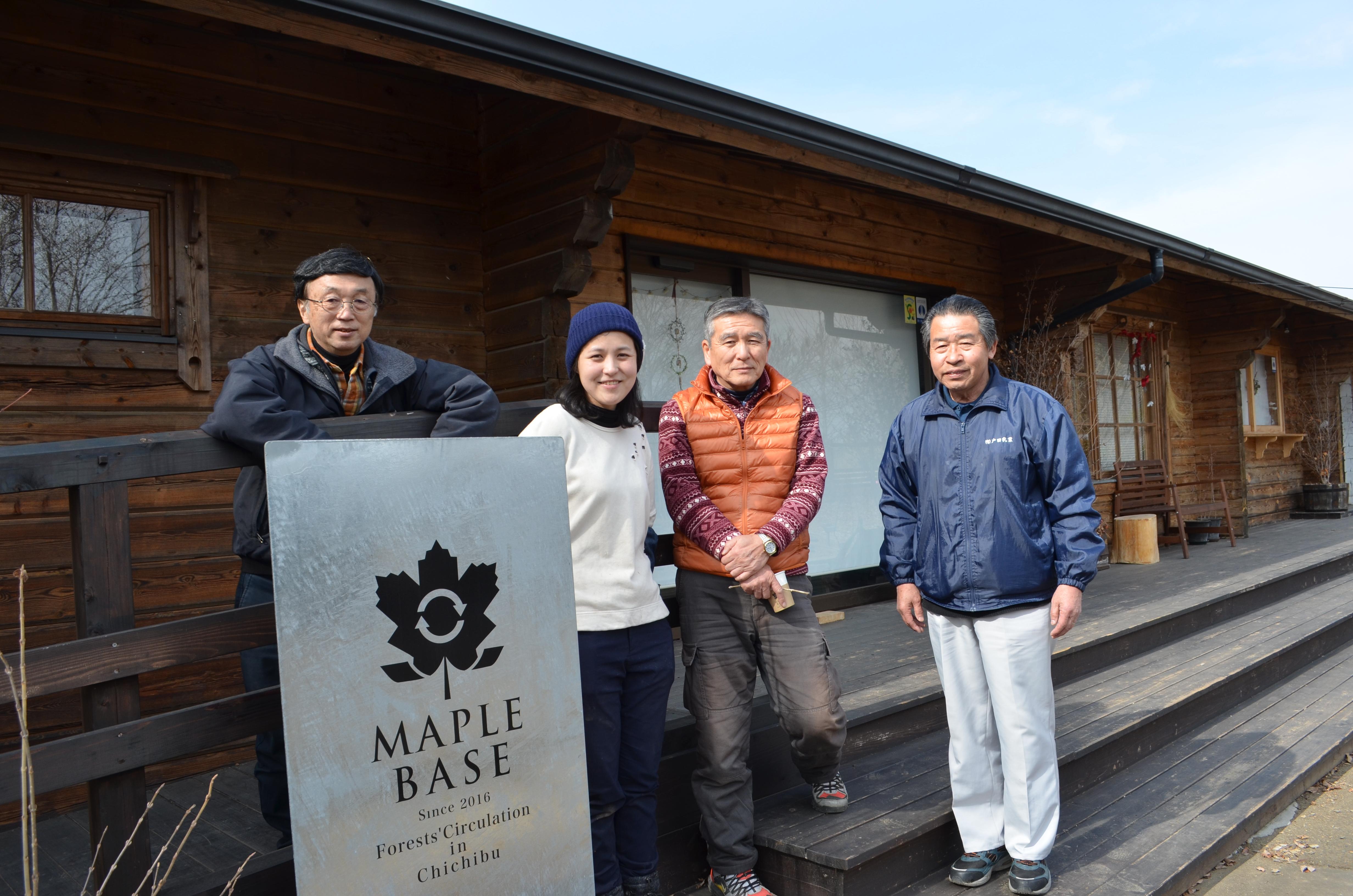 16年にオープンしたメープルベース。左から秩父百年の森の齋藤隆さん、井原愛子さん、島崎武重郎さん、加藤木隆さん。店内ではメープルシロップがけのパンケーキなど秩父の自然の恵みを味わえる。