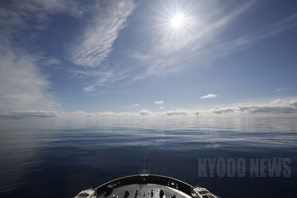 流氷域に入る前の「ベタ凪」の海。