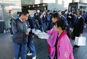 鹿児島県の法被を着て、国体のPRをする高校生=京都市のJR京都駅