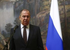 記者会見するロシアのラブロフ外相=13日、モスクワ(ロイター=共同)