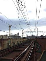 切断した京浜東北線の「補助ちょう架線」(JR東日本横浜支社提供)