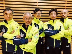 冬季デフリンピック男子カーリングに出場する日本代表チーム。左から中村さん、荒谷淳一さん、荒谷飛翔さん、米田さん、松橋さん(日本ろう者スキー協会カーリングチーム提供)