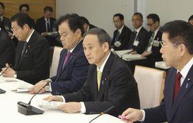 首里城の復元に向けた関係閣僚会議であいさつする菅官房長官=11日午前、首相官邸
