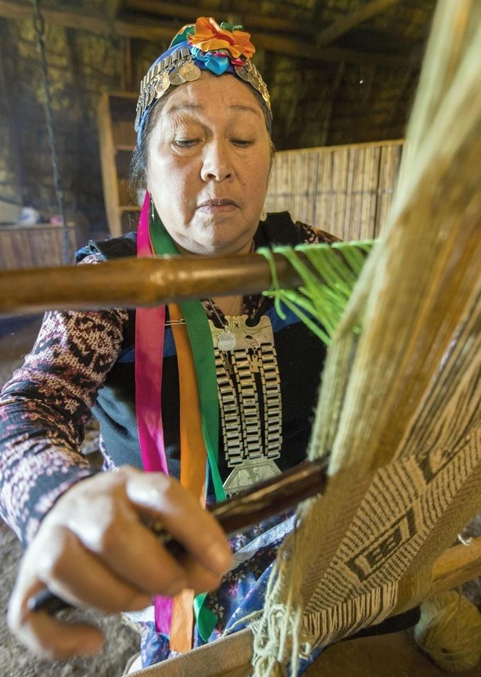 民俗衣装の機織りをするマプチェの女性。伝統的な模様の織物も今では観光用にわずかな数が残るだけになってしまった=チリ中部テムコ(撮影・村山幸親、共同)