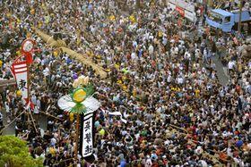 全長200メートル、重さ40トンの世界最大級の大綱を引き合う「那覇大綱挽」=13日午後、那覇市