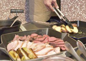 グランイート銀座で提供される、「GAP」認証の食材を使った肉料理=19日、東京都中央区
