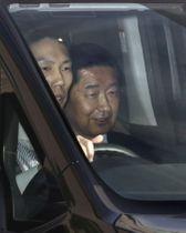 大阪市内のホテルを出る公明党大阪府本部代表の佐藤茂樹衆院議員(右)=19日午後5時