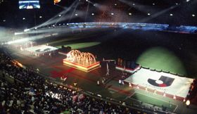 開幕セレモニーでレーザー光線が彩る中を入場するJリーグの大フラッグ=1993(平成5)年5月15日