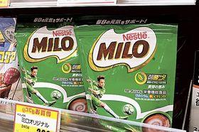 品薄状態が続いていたネスレ日本の麦芽飲料「ミロ」。出荷が再開され、静岡県内の店頭にも再び並ぶようになった=26日午前、浜松市内