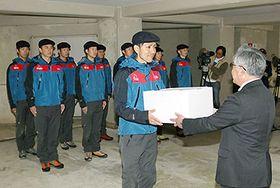 中川町長(右)から激励品を受け取る隊員