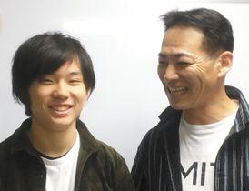 15歳で平昌五輪代表に選ばれた国武大晃選手(左)とコーチ役の父大毅さん=名古屋市内で