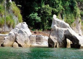 岩の上部が崩落した鹿島の「石門」=19日午後、松山市北条辻