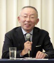 記者会見するファーストリテイリングの柳井正会長兼社長=11日午後、東京都中央区
