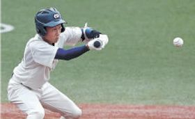 仙台―塩釜 6回裏仙台1死二、三塁、倉田が投前スクイズを決め、4-3とする=石巻市民