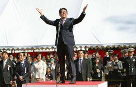 「桜を見る会」であいさつする安倍首相=4月、東京・新宿御苑